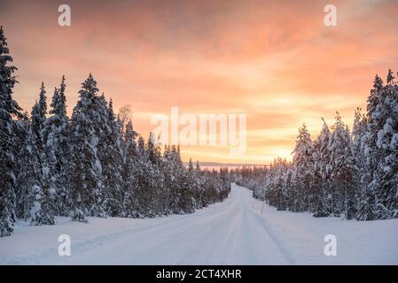 Mauvaises conditions de conduite sur des routes verglacées dangereuses dans des paysages hivernaux glissants, enneigés et enneigés en Laponie, Finlande, Europe