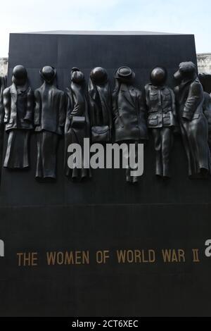 Un gros plan du monument de la guerre en hommage au rôle joué par les femmes pendant la Seconde Guerre mondiale est vu sur Whitehall, Londres, Royaume-Uni.