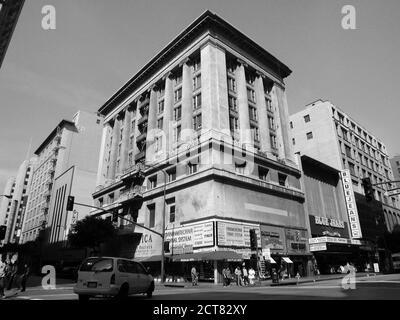 Los Angeles, Californie, États-Unis - février 2002 : vue d'archives en noir et blanc de l'architecture et des bâtiments à la 8e et Broadway dans le centre-ville de Los Angeles. Banque D'Images