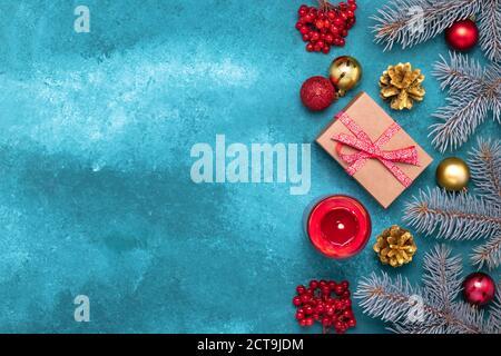 Cadre de Noël bleu avec branches en épicéa et décorations de Noël. Modèle de fête, maquette, espace de copie pour le texte. Carte de vœux du nouvel an,