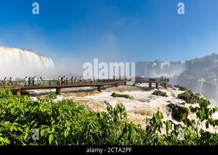 L'Amérique du Sud, le Brésil, l'État de Parana, Parc National de l'Iguazu, Iguazu, touristes sur plate-forme d'observation