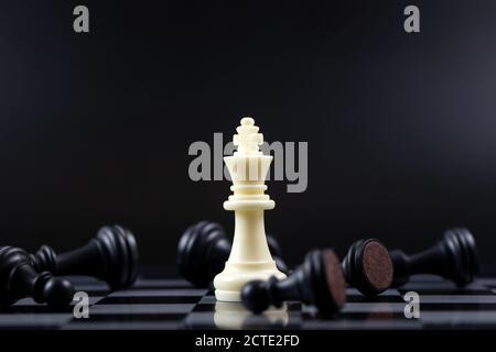 Dernière pièce d'échecs blanche de roi debout pour le concept gagnant d'affaires