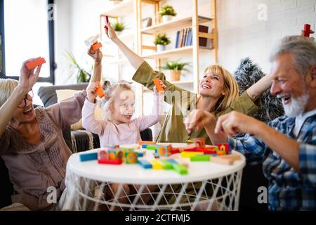 Les grands-parents de jouer avec leurs petits-enfants et s'amuser en famille Banque D'Images