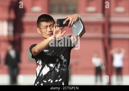 Moscou, Russie. 23 septembre 2020. Un homme prend une photo sur la place Rouge. Crédit : Vladimir Gerdo/TASS/Alay Live News Banque D'Images