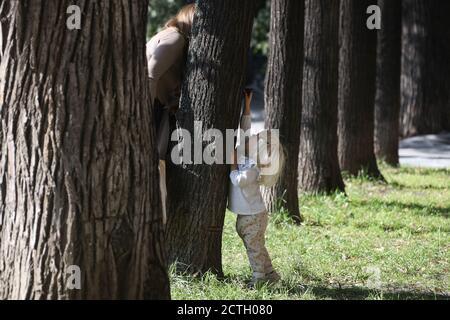 Moscou, Russie. 23 septembre 2020. Une femme joue avec un enfant dans le centre de Moscou. Crédit : Valery Sharifulin/TASS/Alay Live News Banque D'Images
