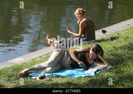Moscou, Russie. 23 septembre 2020. Les femmes se détendent près d'un étang dans le boulevard Chistoprrudny, dans le centre de Moscou. Crédit : Valery Sharifulin/TASS/Alay Live News Banque D'Images