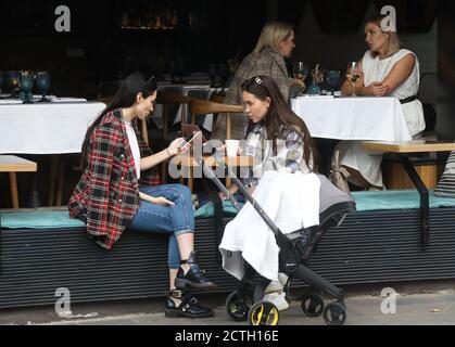 Moscou, Russie. 23 septembre 2020. Les femmes s'assoient sur la terrasse d'été d'un café. Crédit : Valery Sharifulin/TASS/Alay Live News Banque D'Images