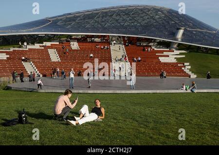 Moscou, Russie. 23 septembre 2020. Une femme pose pour une photographie dans le parc Zaryadye de Moscou. Crédit : Valery Sharifulin/TASS/Alay Live News Banque D'Images