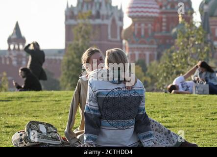 Moscou, Russie. 23 septembre 2020. Un couple à Zaryadye Park. Crédit : Valery Sharifulin/TASS/Alay Live News Banque D'Images