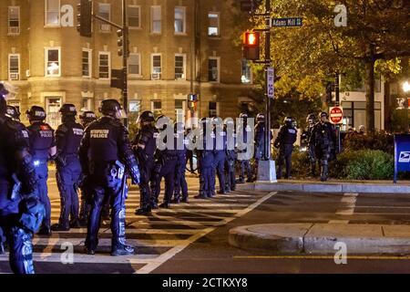 Washington, DC, Etats-Unis, 23 septembre 2020. Photo : des policiers de la police métropolitaine (DC police) ont rencontré des manifestants dans des engins anti-émeute et des armures au cours de la marche pour Justice pour Breonna Taylor, malgré sa nature paisible, si bruyante,. La Marche pour la justice de Breonna Taylor a été un événement national qui a eu lieu dans de nombreuses villes à travers les États-Unis. La marche a été en réponse à l'annonce plus tôt dans la journée que la police qui a tué Breonna Taylor pendant qu'elle dormait ne serait pas accusée de sa mort. Crédit : Allison C Bailey/Alamy