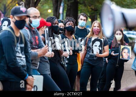 Washington, DC, Etats-Unis, 23 septembre 2020. En photo : les manifestants de la Marche pour la Justice pour Breonna Taylor tiennent des photos d'elle tandis qu'ils écoutent les orateurs devant le Département de la Justice des États-Unis, Avant le début de la marche.la marche pour la justice pour Breonna Taylor a été un événement national qui a eu lieu dans de nombreuses villes à travers les États-Unis. La marche a été en réponse à l'annonce plus tôt dans la journée que la police qui a tué Breonna Taylor pendant qu'elle dormait ne serait pas accusée de sa mort. Crédit : Allison C Bailey/Alamy