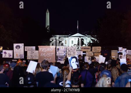 Washington, DC, Etats-Unis, 23 septembre 2020. Photo : des manifestants se sont arrêtés au Black Lives Matter Plaza / Lafayette Square, en face de la Maison Blanche, pour que des orateurs s'adresaient à la foule pendant la marche pour Justice pour Breonna Taylor. .la marche a été un événement national qui a eu lieu dans de nombreuses villes des États-Unis. La marche a été en réponse à l'annonce plus tôt dans la journée que la police qui a tué Breonna Taylor pendant qu'elle dormait ne serait pas accusée de sa mort. Crédit : Allison C Bailey/Alamy