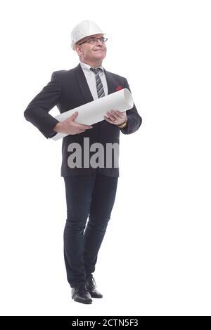 en pleine croissance. un homme d'affaires dans un casque de protection avec un rouleau de dessins