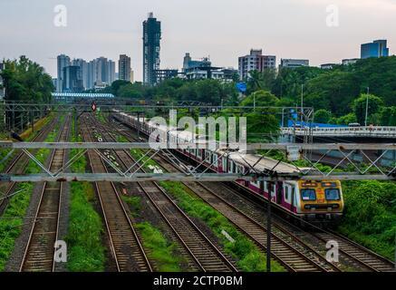 MUMBAI, INDE - le 20 septembre 2020 : Mumbai Suburban Railway, l'un des systèmes de trains de banlieue les plus fréquentés au monde ayant le plus de surpeuplement