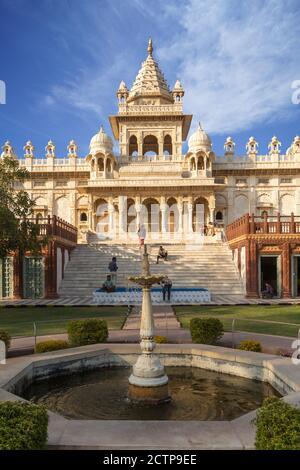 Jodhpur, Rajasthan, Inde- Fév 11,2020. Randonnée touristique sur les marches du monument Jaswant Thada, VUE verticale depuis UNE fontaine
