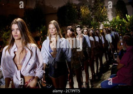 Des modèles présentent des créations de la collection Etro Printemps/Eté 2021 pour femmes pendant la semaine de la mode à Milan, Italie, le 24 septembre 2020. REUTERS/Alessandro Garofalo Banque D'Images