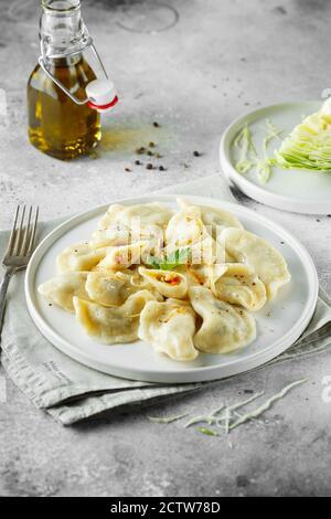 Boulettes, remplies de chou. Plat russe, ukrainien ou polonais : varényky, vareniki, pierogi, pyrohie. Photographie alimentaire.