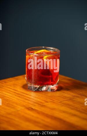 Cocktail Negroni. Gin, Campari et Martini Rosso. Cocktail sur le bar en bois.