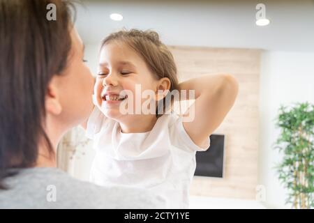 Heureux famille aimante. Mère et sa fille enfant fille jouant et hugging