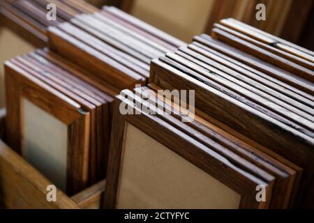 Collection de cadres en bois faits main organisés en groupes par taille et type de traitement. Banque D'Images