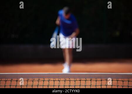 Un joueur de tennis se prépare pour le tournage du premier service sur un terrain de jeu en argile Banque D'Images