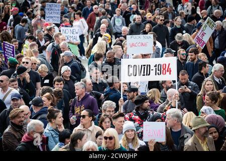 Londres, Royaume-Uni. 26 septembre 2020. Les manifestants Unis pour la liberté se réunissent à Trafalgar Square pour contester la loi sur le coronavirus, adoptée six mois plus tôt. Un confinement a été imposé le 23 mars pour empêcher la propagation de COVID19. Les restrictions ont été assouplies au cours de l'été, mais ces dernières semaines, le nombre de nouveaux cas augmente, ce qui a fait que le gouvernement impose un couvre-feu à l'industrie de l'accueil pour essayer de prévenir la propagation du virus. Credit: Andy Barton/Alay Live News