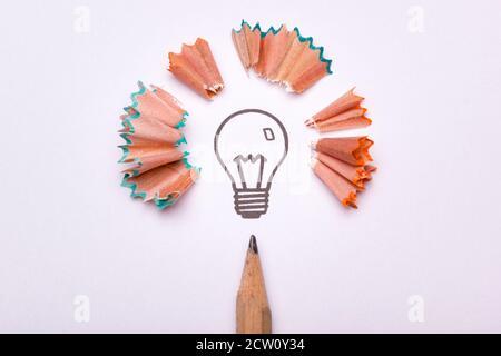 Une ampoule entourée de déchets d'aiguiseur et d'un crayon en tant que symbole de créativité Banque D'Images