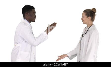 Une équipe de chirurgiens qui ont réussi à donner cinq hauts et à rire isola