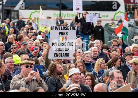 Londres, Royaume-Uni. 26 septembre 2020. Foule de manifestants lors des manifestations « nous ne consentons pas » à Trafalgar Square Londres contre le verrouillage, la distanciation sociale, l'athlétisme et la trace et le port de masques faciaux. Crédit : SOPA Images Limited/Alamy Live News