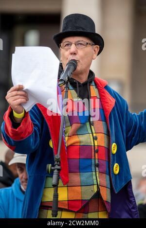Londres, Royaume-Uni. 26 septembre 2020. Un orateur s'adresse à la foule lors de la manifestation «nous ne consentons pas» à Londres contre le verrouillage, la distanciation sociale, la piste et la trace et le port de masques faciaux. Crédit : SOPA Images Limited/Alamy Live News