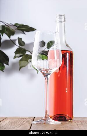Verre à vin rose avec bouteille sur la table blanche. Dégustation de vins de Rosado, rosato ou blush au wineshop, concept de bar. Copier l'espace