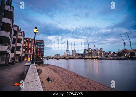 Londres / Royaume-Uni - 2020.07.18: Le gratte-ciel de Shard à Southwark, Londres, Angleterre. Également connu sous le nom de Shard of Glass, London Bridge Tower.