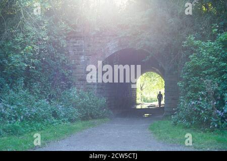 Lumière au bout du tunnel - site de la longue depuis fermé Molyneux Brow gare, Clifton, Angleterre Royaume-Uni. Personne en tunnel, silhouette Banque D'Images