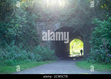 Lumière au bout du tunnel - site de la longue depuis fermé Molyneux Brow gare, Clifton, Angleterre Royaume-Uni. Personne debout dans le tunnel, marchant Banque D'Images