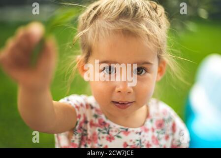 Portrait de très doux petit enfant avec de grands yeux. bébé fille de 2-3 ans.