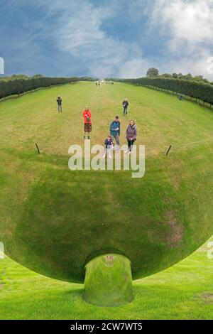 Personnes regardant dans Sky Mirror Houghton Hall North Norfolk Angleterre Banque D'Images