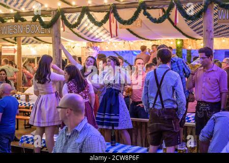 Koblenz Allemagne 27.09.2019 personnes font la fête à l'Oktoberfest en europe lors d'un concert typique de tente de bière.