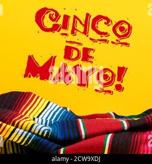 Couverture de serpent mexicain sur fond jaune avec Cinco de Mayo.