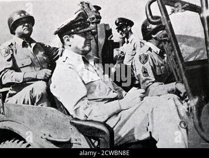 Photographie en noir et blanc de la guerre de Corée (1950-1953); le général américain Douglas MacArthur (1880-1964) dans sa jeep.