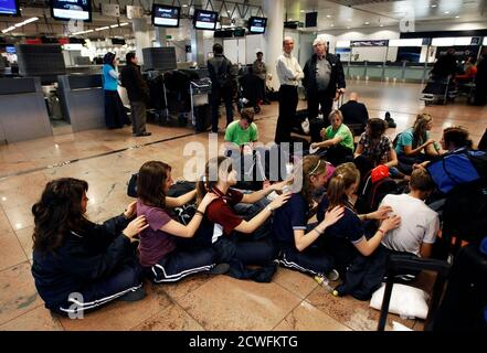 Stranded passengers give each other massages during a strike at the Zaventem international airport near Brussels September 28, 2010. Flights in and out of Belgian airspace were suspended on Tuesday due to a strike by air traffic controllers, Belgium's air safety authority said. REUTERS/Thierry Roge   (BELGIUM - Tags: EMPLOYMENT BUSINESS TRANSPORT SOCIETY)
