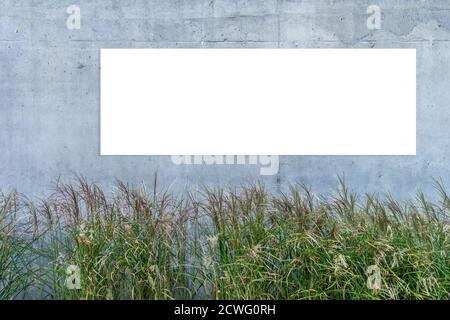 Maquette. Panneau d'affichage horizontal blanc vierge, panneau publicitaire, panneau d'affichage sur fond de mur en béton gris