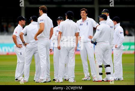 England's Steven Finn (4th R) and his teammates group together after the dismissal of Sri Lanka's Mahela Jayawardene during the second test cricket match at Lord's Cricket Ground in London June 6, 2011. REUTERS/Philip Brown (BRITAIN - Tags: SPORT CRICKET)