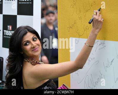 Bollywood actress Shilpa Shetty signs her autograph during the International Indian Film Academy (IIFA) Awards in Toronto June 25, 2011. REUTERS/Mike Cassese (CANADA - Tags: ENTERTAINMENT) Banque D'Images