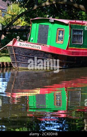 Formes abstraites créées par les réflexions de peinture brillante étroite bateau dans l'eau