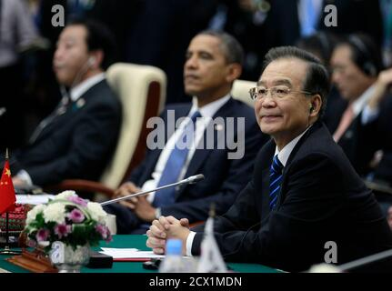 China's Premier Wen Jiabao (R) sits alongside U.S. President Barack Obama (2nd R) and Japan's Prime Minister Yoshihiko Noda during the East Asia Summit plenary session in Phnom Penh, November 20, 2012.   REUTERS/Jason Reed   (CAMBODIA - Tags: POLITICS)