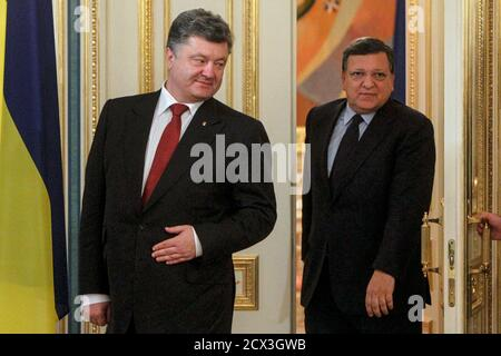 Ukrainian President Petro Poroshenko (L) and outgoing European Commission President Jose Manuel Barroso enter a room before their meeting in Kiev, September 12, 2014. Poroshenko said on Friday there could be no military solution to his country's crisis and said he hoped 'a very fragile' ceasefire in the east would hold, allowing him to focus on rebuilding the shattered economy. REUTERS/Valentyn Ogirenko (UKRAINE  - Tags: POLITICS CIVIL UNREST CONFLICT) Banque D'Images