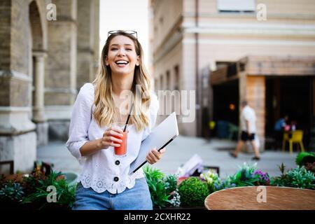 Belle jeune femme gaie heureux appréciant son temps et la liberté Banque D'Images