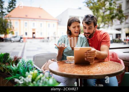 Un jeune couple se disputant au café. Personnes, tricherie, conflit, les problèmes de relation concept.
