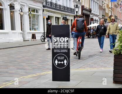Londres, Royaume-Uni. 26 septembre 2020. Un panneau de rue 'stop la propagation du coronavirus' est visible dans Covent Garden.social distance et arrêter la propagation du coronavirus les panneaux de rue sont placés dans plusieurs endroits dans Covent Garden pour créer la sensibilisation contre la propagation du nouveau coronavirus crédit: Vuk Valcic/SOPA Images/ZUMA Wire/Alay Live News