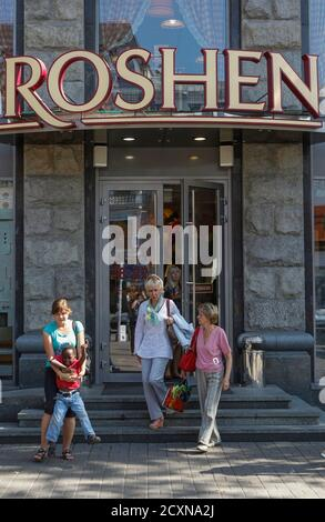 People walk out of a Roshen Confectionery Corporation store in Kiev, September 12, 2014. REUTERS/Valentyn Ogirenko (UKRAINE - Tags: BUSINESS POLITICS FOOD) Banque D'Images